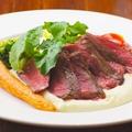 料理メニュー写真牛ランプ肉のタリアータ、季節の野菜添え
