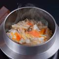 料理メニュー写真釜飯(鯛・鮭・鶏)
