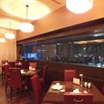 【夜景】人気の窓際席は、全部で7席。デートや大切な方とのお食事におすすめです。料理と一緒に夜景をお楽しみください。