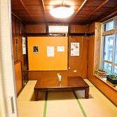 仕切りを使うと個室としても利用可能な座敷席。