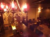 総席数24席の店内!オシャレなシャンデリアが放つ光はぬくもりを感じる空間を作り出しています♪