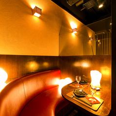 2名様~対応可能な個室席をご用意致しております。和モダンで洗練された雰囲気の広いお部屋は二次会などにもご好評頂いております。