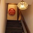 お店は二階にございます!階段を登るとそこに広がるのは南国情緒あふれる美味しい空間!さぁ早くあなたも階段をあがろう!