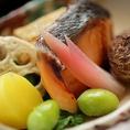 【季節の食材】自家工場での造りたての生湯葉(ゆば)料理をはじめとして、旬の京野菜や食材を用いた季節のお料理をご用意しております。春は竹の子、夏ははも、秋は松茸、冬はかぶら等四季折々のお料理を。盛り付けもお愉しみ下さい。