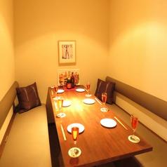 カーテンで仕切れる半個室のテーブル席。デートや女子会にぴったりだね♪周りを気にせずに楽しんで!!