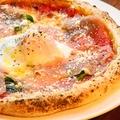 料理メニュー写真温泉卵と生ハムのビスマルク