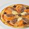 料理メニュー写真(ローマ生地)阿蘇自然豚のソーセージ、オリーブ、トマト、ペッパー