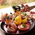 【地産食材の彩り・風味】京野菜は九条ネギ、加茂なす、聖護院かぶら、堀川ごぼう、壬生菜、京松茸、京筍、瀬戸内のハモや鯛、若狭の甘鯛(ぐじ)、かれい、地場で獲れる鮎など四季折々の彩りをそのままお料理にうつしだす事を心がけております。毎月替わるお料理の内容もお愉しみ下さい。