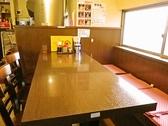 グループや子ども連れの家族にうれしいテーブル席/4名がけだが、大きめのテーブルなので、最大6名まで座れる。