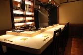 【寿司カウンター】6名様L字のカウンター席です。白木の美しいカウンター。こじんまりとしてしっとり落ち着いたお席で、職人の手捌きと接客が楽しめます。人気のお席ですのでお早めのご予約を。。