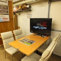 通常のテーブル席です。各席に電源をご用意して充電は自由に行えます。