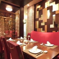 2名様~6名様の少人数のお食事。妊婦さんやお子様連れの方にも最適な、リラックスしてお食事いただけるお席となっております。贅沢中華を優雅にご堪能くださいませ。