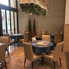 テーブルの上にはバラエティ豊かな本格料理の数々!!一回のお食事で、数々の料理をお楽しみ頂けます。食べ放題の時間もたっぷり取らせていただいておりますので、ゆったりとお食事をお楽しみいただけます。