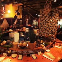 タイの雑貨が散りばめられた活気あるバル式の店内◎