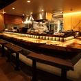 【カウンター】幅広のオープンキッチンのカウンター席☆会社帰りのちょい飲みやデート、ご友人とのお食事は、当店カウンター席がおすすめ。お酒は日本酒や焼酎、ワインにカクテルと多彩にご用意☆当店自慢の創作和食と美味しいお酒で、美味しく楽しいひと時をお過ごしください。