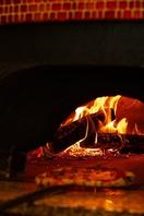 薪窯で一気に焼き上げる薪窯グリル。