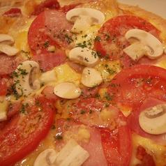 料理メニュー写真生マッシュルームとベーコン・トマトのピザ
