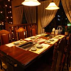 洋風なテーブルと内装が東京園の特徴です。優雅な雰囲気で焼肉がお楽しみいただけますよ!
