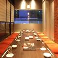 京町しずく 名古屋駅前店の店内は全席個室です。1~2名様/6~8名様/10名様~70名様向き個室などを豊富にご用意しております。カップルでのお客様におススメのL字型シートや窓際のテーブル席など、お席タイプや雰囲気も様々にございます。団体利用のお客様は最大70名様まで収容可能な大宴会個室席にご案内いたします。