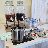 ウーロン茶、アイスコーヒーのドリンクバーをご用意。