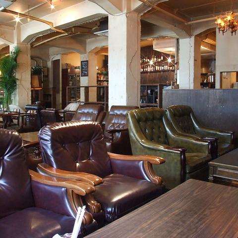 裏路地にある、築50年のビルをリノベーションした独特の雰囲気のダイニングカフェ。