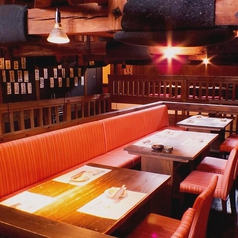 [2階]テーブル席は片側ベンチシート