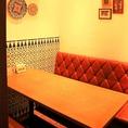 ゆったりとしたソファ席は、最大5名様までご利用可能。赤と白を基調とした明るい店内は、各種ご宴会や女子会に最適♪