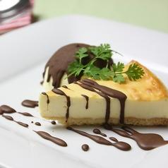 料理メニュー写真NYチーズケーキのアイス添え~クリスピーチョコのコーティング~