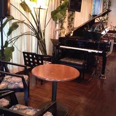 ピアノ演奏用の席もございます。