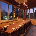 外景を二階から楽しめる個室利用可能なテーブル席。14席ございます。夜はムード良く明るい雰囲気を演出でき、飲み会をはじめ女子会、合コン、同窓会等各種ご宴会などにもおすすめです。壁と扉ありの完全個室でお子様連れも安心!