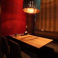 少人数で楽しむのにはもってこいの洋風、落ち着いた照明がお洒落な、デートや合コンにおすすめの個室空間。4席。他の席との違いは吊るし照明があり、この部屋特別の雰囲気を演出します。ご予約の際はお店までお問い合わせください!