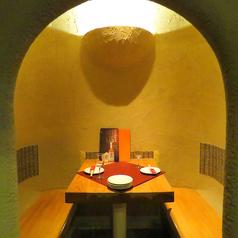 【カップル個室】大人気!雪国のかまくらをイメージしたあなぐら風個室。暗がりの中の光の空間に癒され、大切な人とのデートに最適!