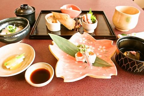 すてきな日本家屋の外観と目と舌で楽しむ料理をご堪能あれ。