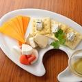 料理メニュー写真定番3種とオススメ1種のチーズの盛り合わせ