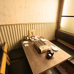 【2名様~人数に応じて最適なお席をご用意】少人数でも話が盛り上がりお酒もすすむ活気ある店内!おすすめの日本酒もお気軽にお尋ねください。