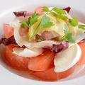 料理メニュー写真モッツァレラチーズ トマトの生ハムサラダ