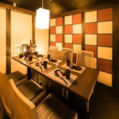 2名様~6名様。温かみのある造りは、居酒屋でありながら高級感が漂います。静かな個室席は、大人のプライベート空間として使いやすいスペースです。周りのお客様を気にする必要がないので、接待などのご利用にも適しています。