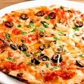 料理メニュー写真オリーブ&アンチョビのピザ