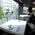 並木通りを一望できる窓側の席は天気の良い日はオープンテラスに。