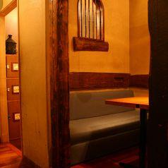隠れ家のようなテーブルもあり