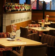 デートにも最適なテーブル席★オシャレな肘掛け椅子がかわいい♪[高槻 居酒屋 肉バル 焼肉 飲み放題 高槻市 誕生日 女子会 鍋 記念日 デート]