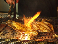 炭火で炙る絶品の干物。