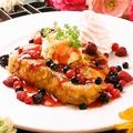 料理メニュー写真ベリーベリーフレンチトースト French toast with frozen mixed berry.