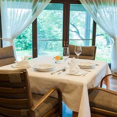 正方形のテーブル席。最大4名様までお座りいただけます。人数に応じて、お席を繋げてご案内いたします。