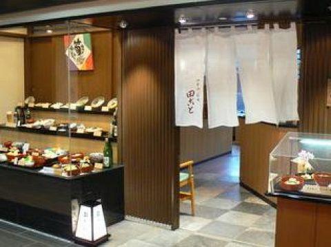 京都駅直結だからアクセス抜群。京の四季を感じるお料理をお楽しみ頂けます。