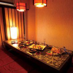【6・8名様個室】掘りごたつの完全個室で周りを気にせずゆったり落ち着いてお食事をお楽しみいただけます。宴会コースは2,980円~。組数限定のコースもあるので、ご予約はお早めに!全コースに種類豊富な飲み放題が付きます!