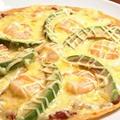 料理メニュー写真アボカドと小エビのマヨ焼ピザ