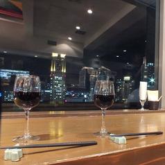 夜景を眺めながらの食事を楽しめるカウンター席☆いつもと違った夜景デートにもおすすめ◎