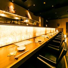 お仕事帰りにお立ち寄りやすいカウンター席は少人数様でお愉しみください。2時間飲み放題プランをご用意しておりますので、お好きなドリンクとお食事をゆったりとご賞味いただけます。(飯田橋・居酒屋・個室・焼き鳥・飲み放題・宴会)
