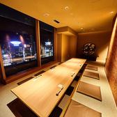 最大16名様まで入れる人気の完全個室♪ちょっとした集まりや中宴会に最適のお席です。落ち着いた雰囲気の広々とした個室でゆったり宴会をお楽しみください。三宮で宴会なら是非燦にお任せください。16名様までの宴会個室は当店で一番人気の個室ですので宴会がお決まり次第ご予約をおすすめします。